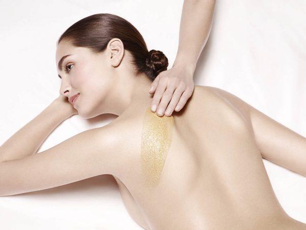 Femme se faisant faire un gommage du dos