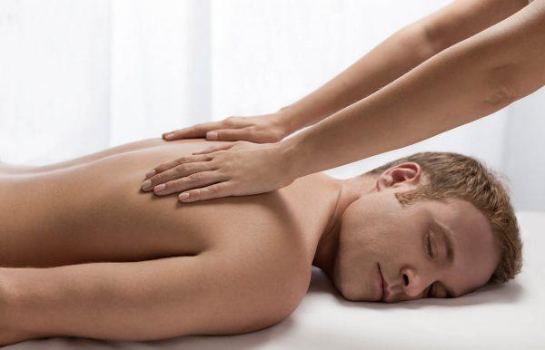 Homme se faisant masser le dos