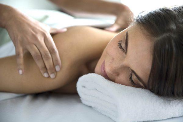 Femme se faisant masser le dos