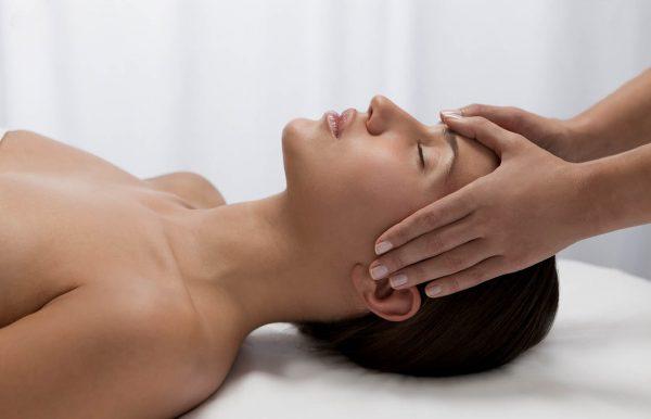 Femme se faisant masser le visage